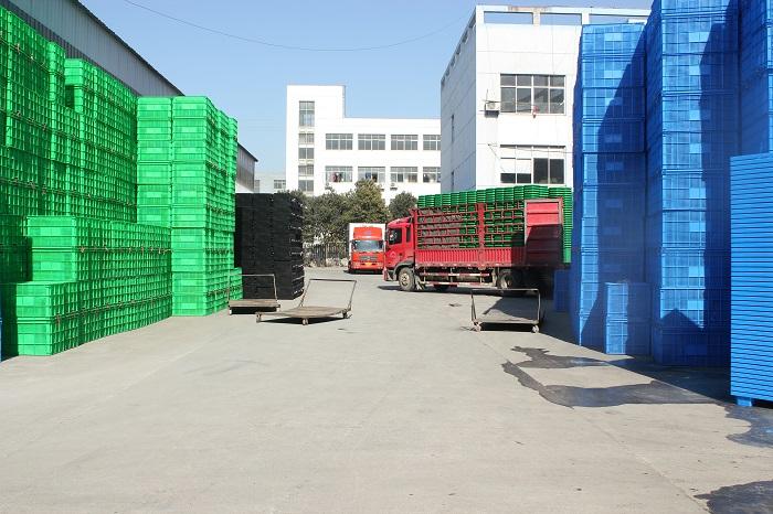 2016年林辉塑业门口排队等待发货的大货车